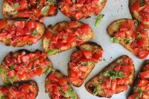 Les bruchettas à la tomate et basilic